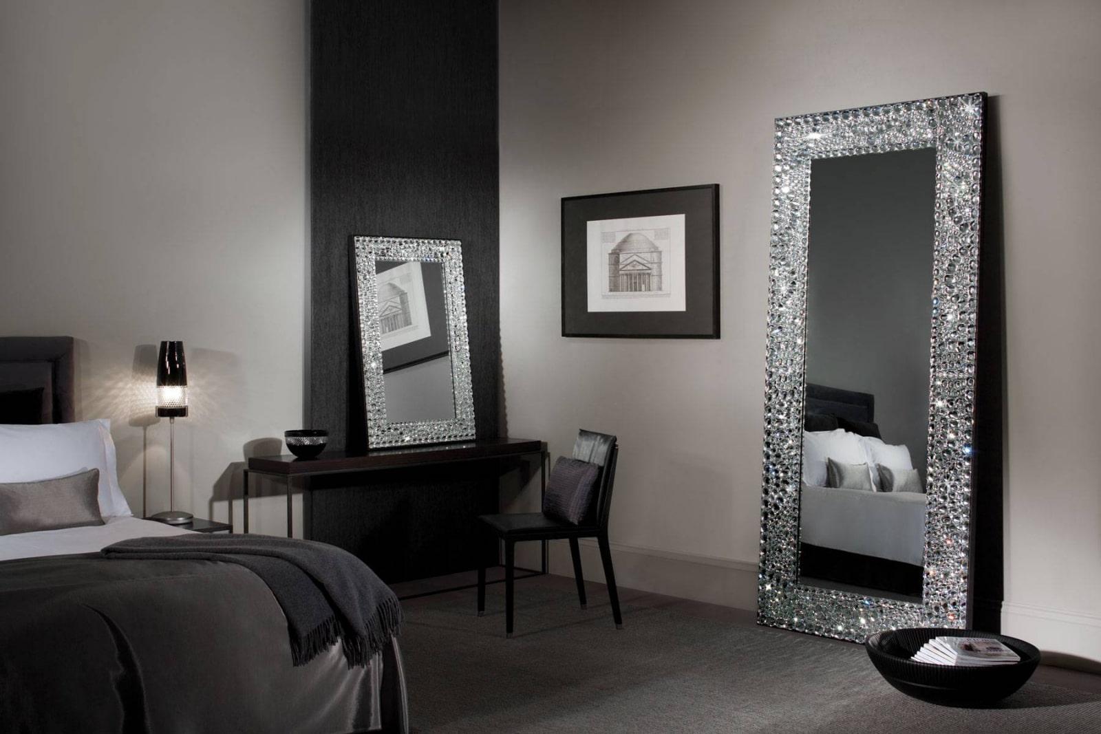 Красивая рама для зеркала в интерьере спальни.