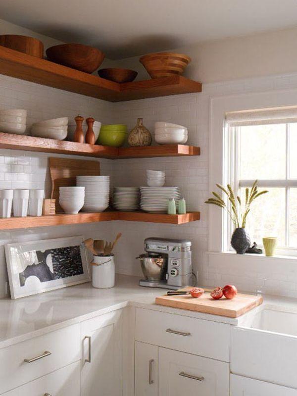 Открытые полки в интерьере кухни.