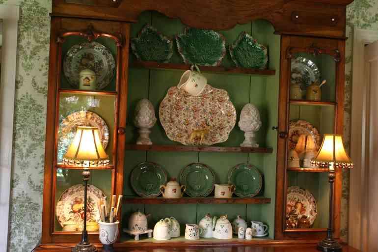 Коллекция красивой посуды в интерьере.