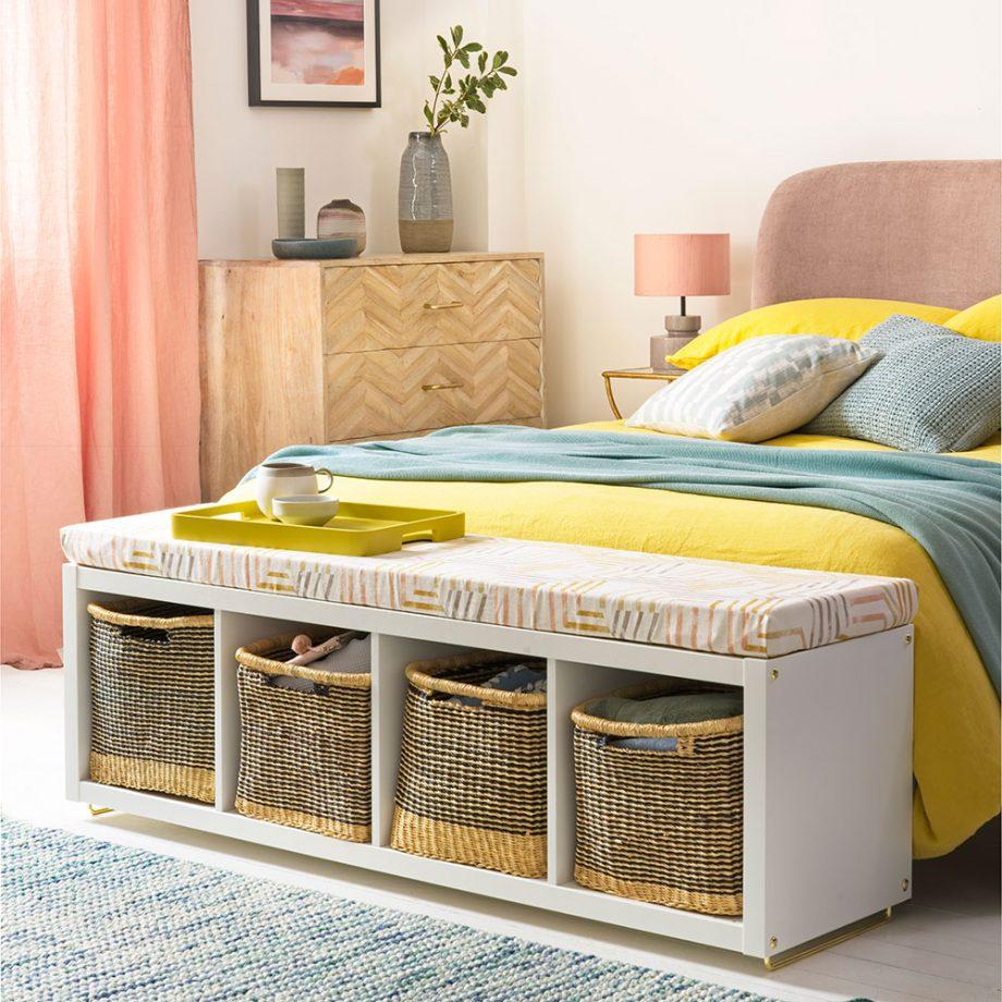 Белая спальня с постельным бельем желтого и бирюзового цветов