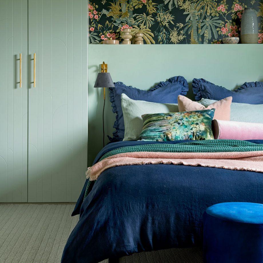 Современная классическая зеленая спальня с встроенным шкафом и синими постельными принадлежностями