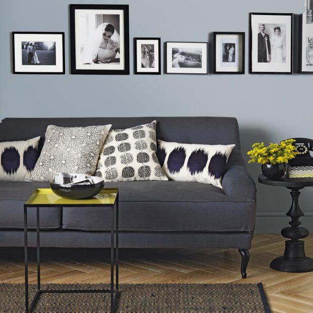 Современная серая гостиная с фотостенной стеной в форменных четных рамках