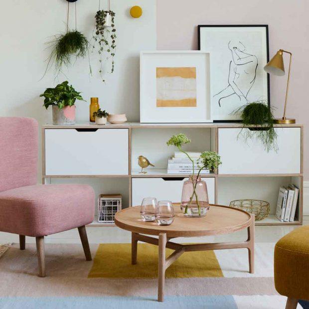 Современная гостиная с открытым буфетом, цветным блок-ковриком и розовым акцентным креслом