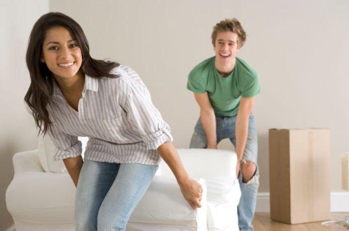 Самый простой и бюджетный способ обновить комнату — сделать перестановку. Да-да, в прямом смысле этого слова. Но вот только не стоит спешить и двигать мебель с одного угла в другой, стараясь найти более подходящее место на глаз.