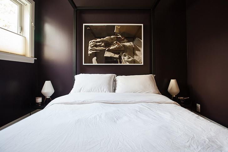 Темная спальня на солнечной стороне визуально, как бы растягивает пространство