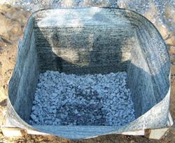 Формируем яму, которую засыпаем щебнем и гидроизолируем.