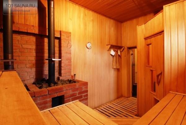 Фото общей парилки с печью на дровах.