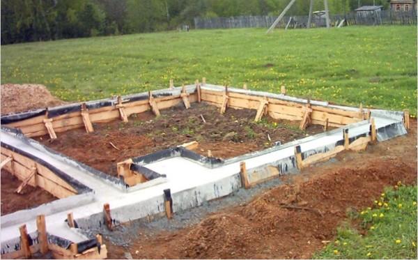 Фундамент под печь и стены бани из бетона.