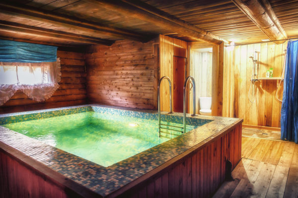 Просторная баня может вместить небольшой бассейн