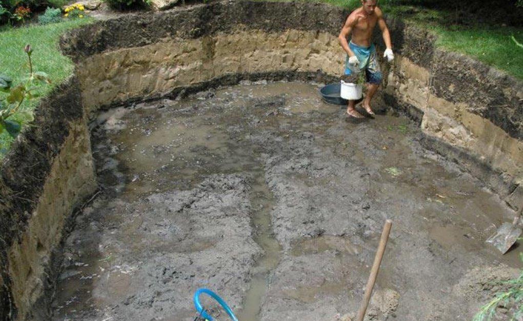 Выкопанный котлован для бассейна