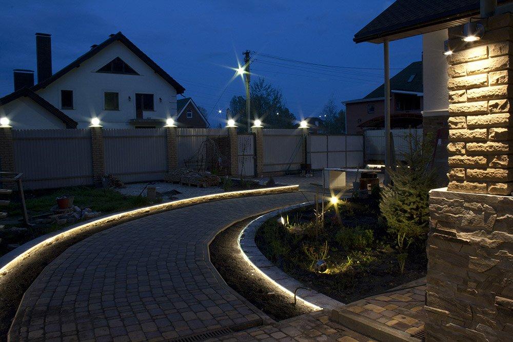 Подсветка контура дорожки на даче