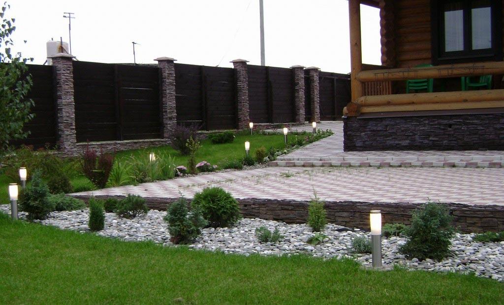 Грунтовые светильники будут украшать территорию дачного участка не только ночью, но и днем