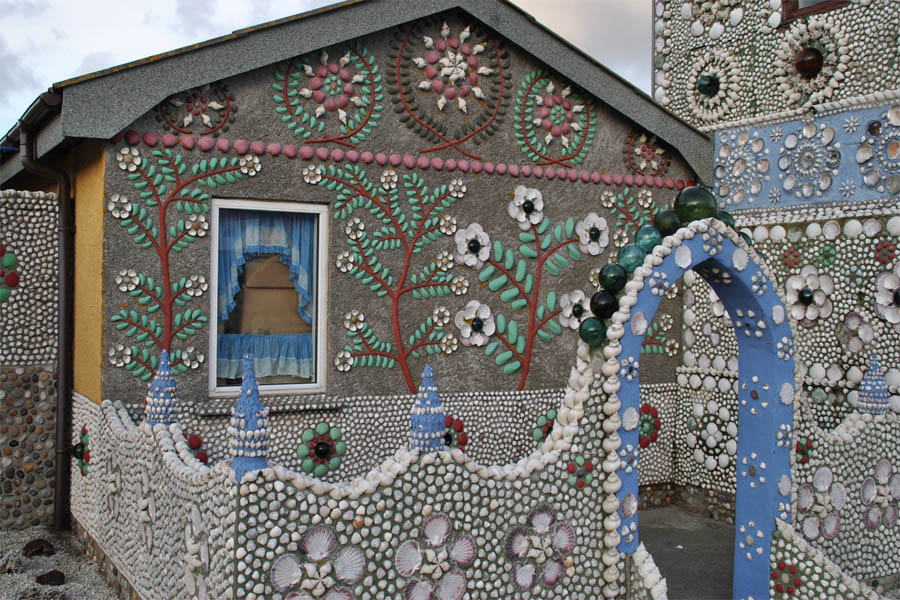 Мозайка из подручных материалов на фасадах дома