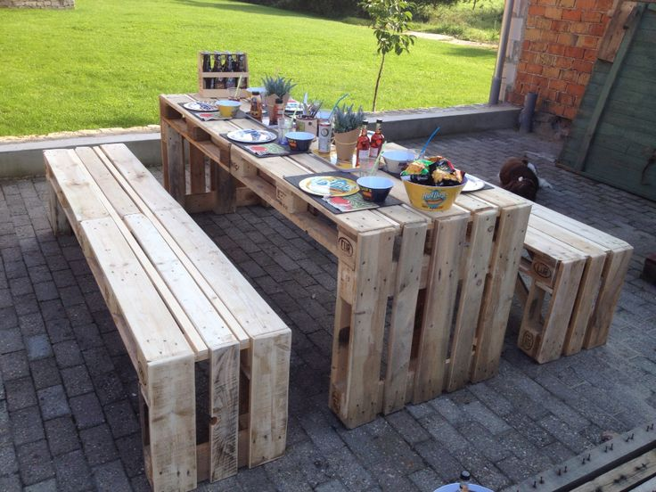 Отличный стол из поддонов, за которым можно обедать или делать закрутки на зиму на свежем воздухе