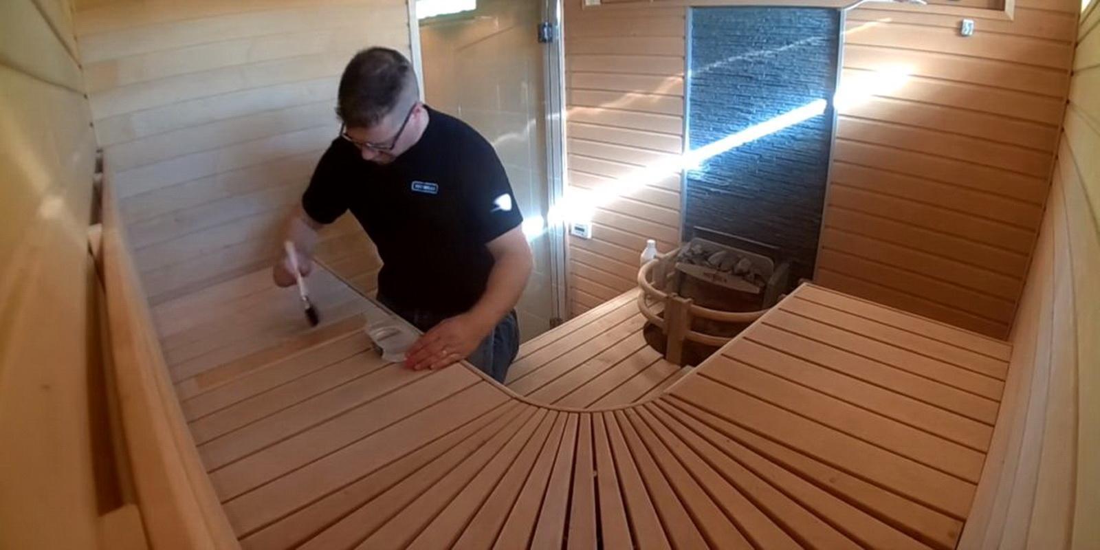 Покрытие лаком всех деревянных предметов в сауне