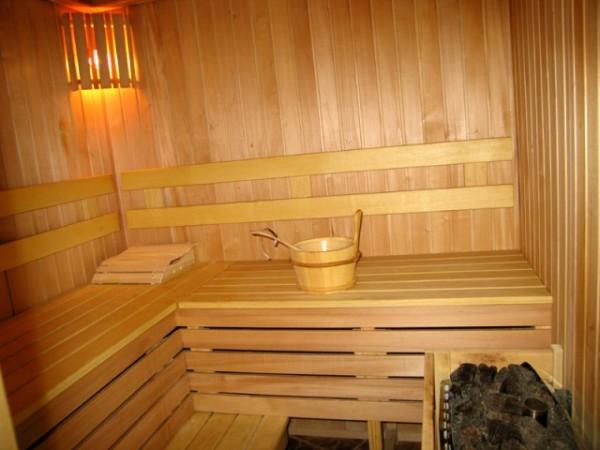 Изнутри баню можно обить вагонкой.