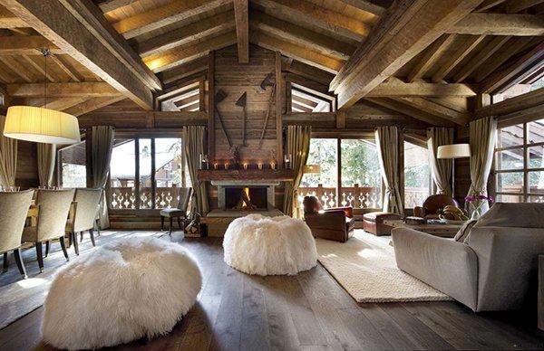 Классический интерьер стиля шале с потолочными балками