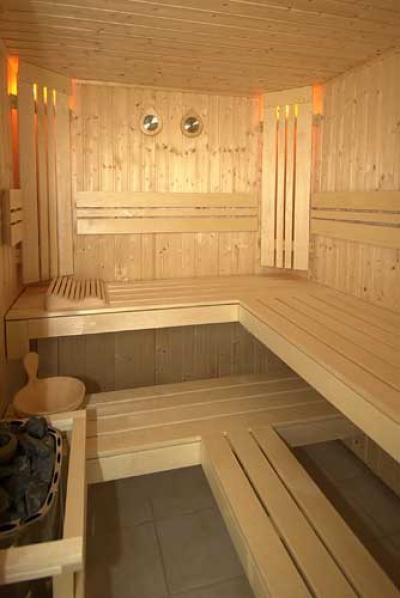 Компактная помывочная зона в деревянной бане