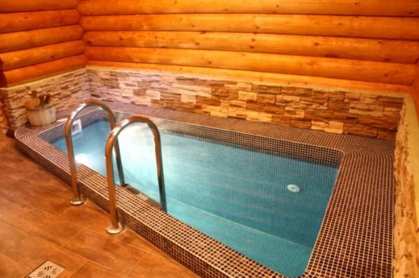 Компактный бассейн внутри бани