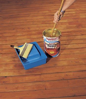 Красить деревянный пол следует с использованием специальных составов.