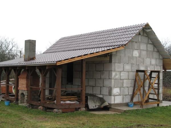 Крыша блочной бани, покрытая металлочерепицей