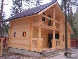 Любительское фото готовой бани в два этажа с небольшой террасой и балконом