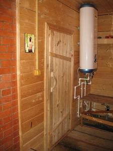 Любительское фото нагревателя воды, работающего на электричестве, который установлен в предбаннике