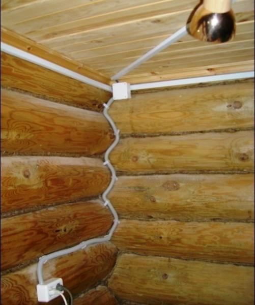 Любительское фото проводки в бане, на котором можно увидеть несколько видов защиты