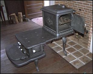 Любительское фото старинной печи для бани с подставкой для каменки или бака с водой, изготовленной методом чугунного литья