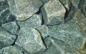 Любительское фото жадеита, который часто используют для изготовления каменок