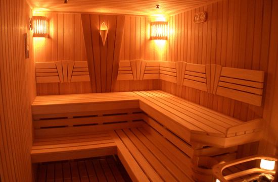 На фото - финская баня с полками в два уровня