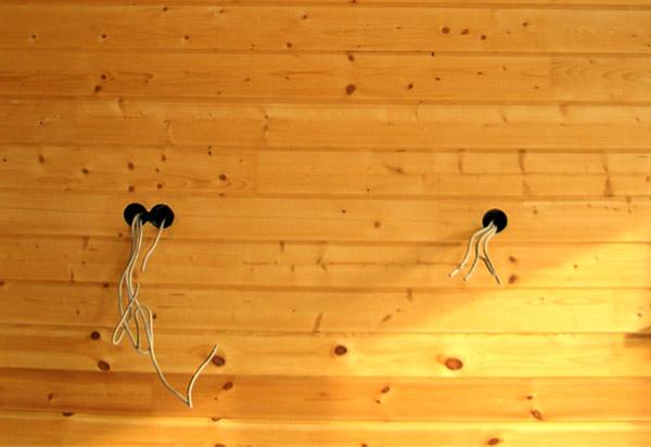 На фото - качественно установленная проводка в бане