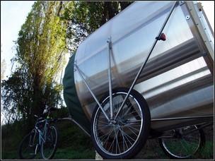 На фото - парная на колесах в виде прицепа к велосипеду или мопеду.