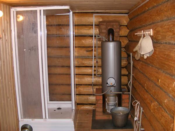 На фото – душевая кабинка, установленная в бане.