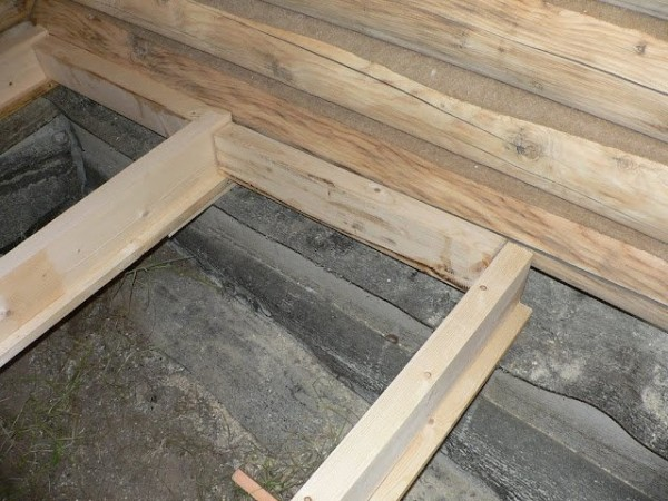 На фото – лаги для деревянного основания в бане