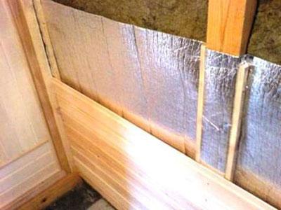 На фото – обшивка каркасной стены вагонкой.