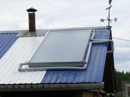 На фото – плоский бак, установленный на банной крыше.