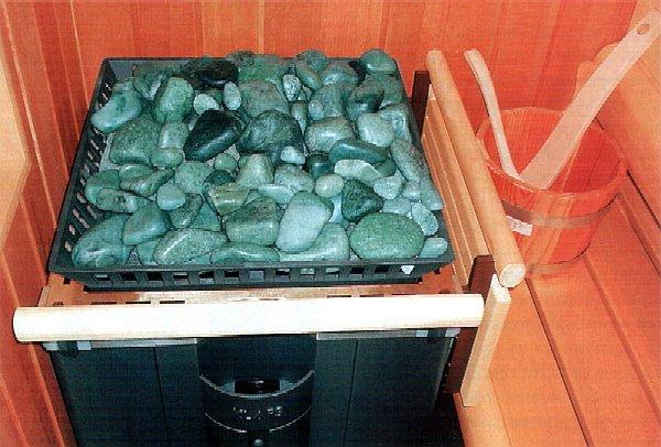 На фото – пример правильного заполнения каменки образцами разных размеров