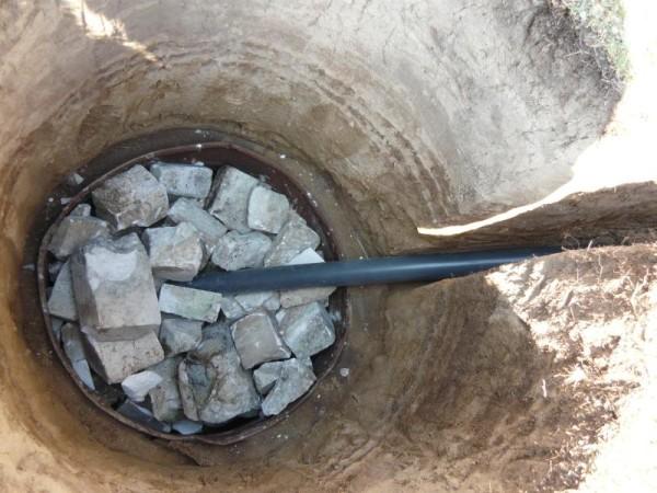 На фото – простейшая выгребная яма с дренажем в грунт