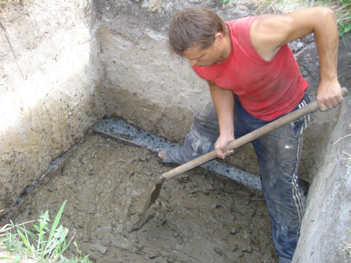 На фото – процесс создания колодца для полива сельскохозяйственных культур.