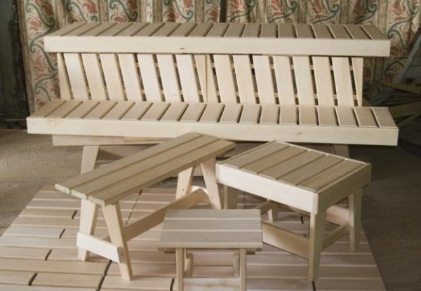 На фото – столы, лавки, табуреты и полки из шлифованной древесины