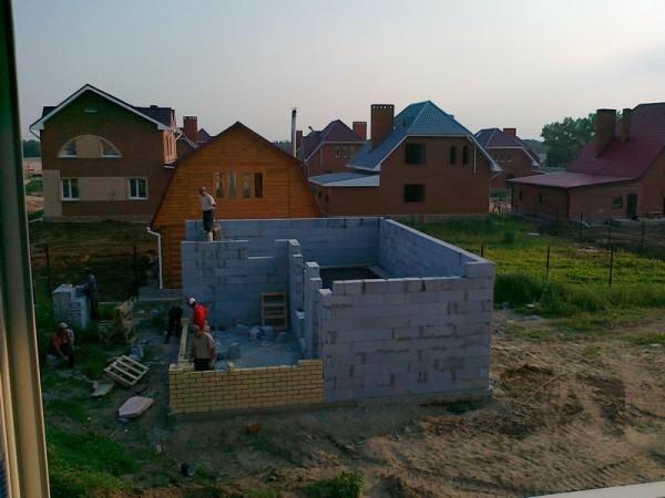 На фото – строительство бани с примыкающей беседкой.