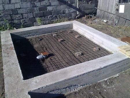 На фото ленточный фундамент с армирующей сеткой под стяжку