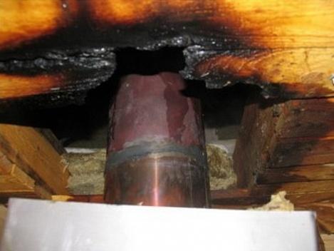 На фото показано, к чему может привести неправильно выбранный материала для дымохода и его неграмотная установка.