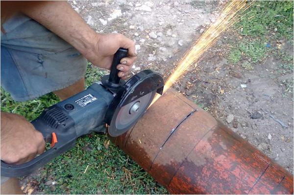 На фото показано, как вырезать отверстие для поддувала