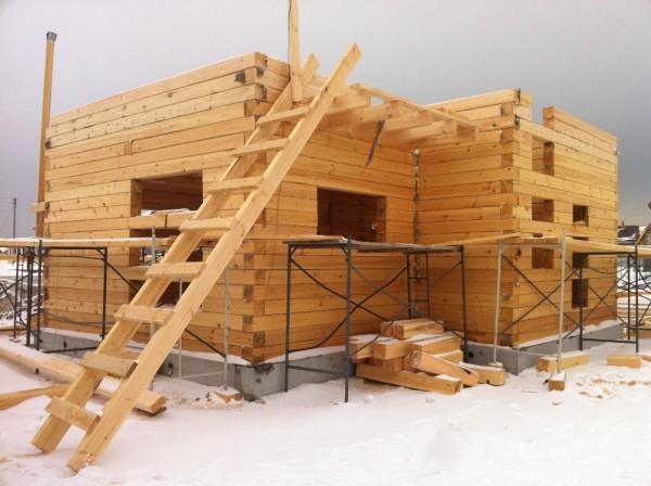 На фото показано строительство в процессе