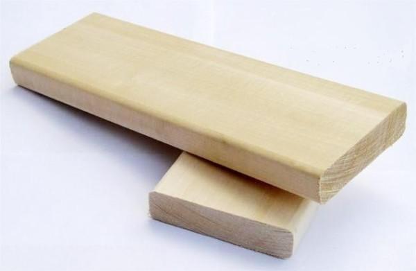 На фото представлена обрезная доска из осины для бани.