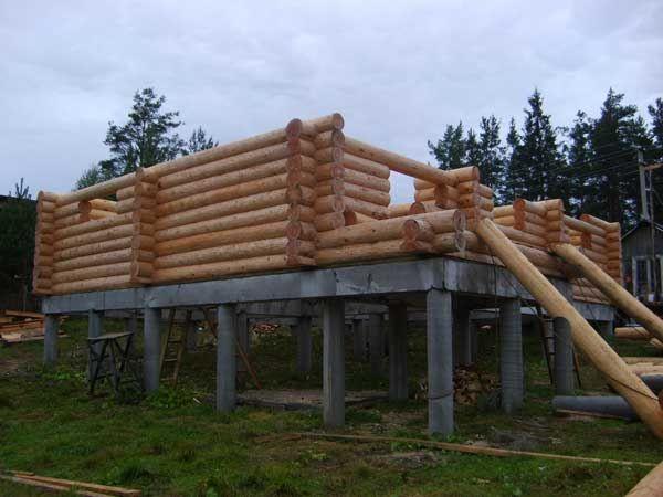 На фото строительство на столбчатом основании