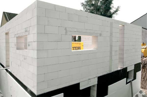 На фото строительство с применением пеноблоков