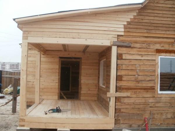 На фото терраса, пристроенная к бане из бруса